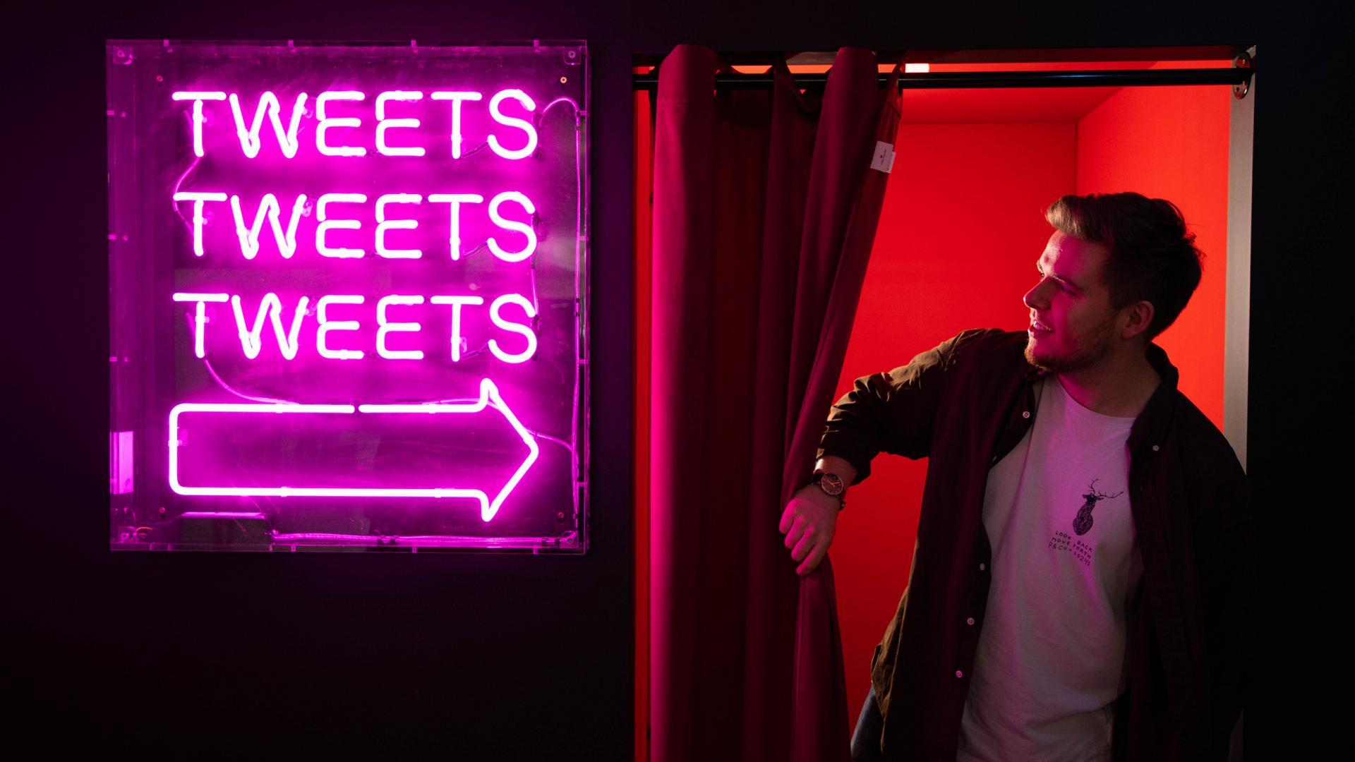 Neon sign saying Tweets Tweets Tweets